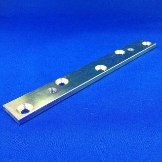 木製ドア用ハンガー取付板(プレス加工、タップ、皿加工、三価クロメートメッキ)